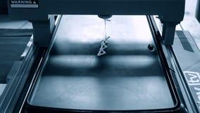 crêpes d'impression de l'imprimante 3D avec différentes formes de la pâte liquide en gros plan clips vidéos