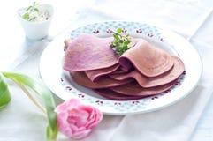 Crêpes de betterave rouge bourrées du ricotta Images stock