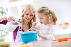 Crêpes de cuisson de mère et de fille Photographie stock