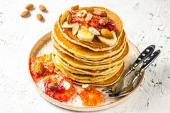 Crêpes de farine d'avoine de petit déjeuner avec la banane, les noix et le miel Photos stock