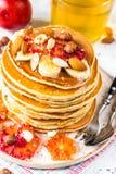 Crêpes de farine d'avoine de petit déjeuner avec la banane, les noix et le miel Photos libres de droits
