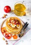 Crêpes de farine d'avoine de petit déjeuner avec la banane, les noix et le miel Photo stock