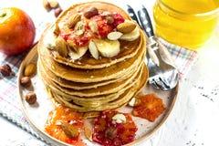 Crêpes de farine d'avoine de petit déjeuner avec la banane, les noix et le miel Images stock