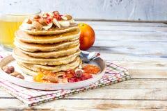 Crêpes de farine d'avoine de petit déjeuner avec la banane, les noix et le miel Photographie stock libre de droits
