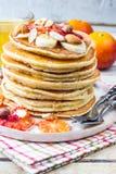 Crêpes de farine d'avoine de petit déjeuner avec la banane, les noix et le miel Images libres de droits
