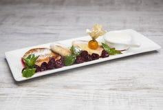Crêpes de fromage avec les cerises et la menthe photos libres de droits