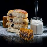 Crêpes de fromage avec raisins secs photos libres de droits