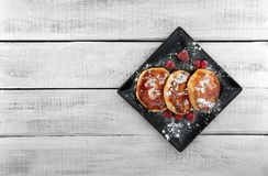 Crêpes de fromage blanc de plat foncé au-dessus de t en bois rustique blanc photographie stock