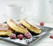 Crêpes de fromage blanc de plat foncé au-dessus de t en bois rustique blanc photo libre de droits