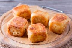 Crêpes de fromage blanc sous forme de cubes sur un conseil en bois de hachage Photos libres de droits