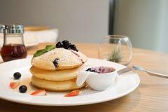 Crêpes de myrtilles pour le petit déjeuner photo libre de droits