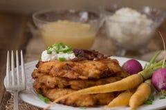 Crêpes de pomme de terre pour Hannukah : Latkes Photos stock