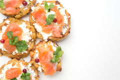 Crêpes de Potatoe avec des saumons image stock