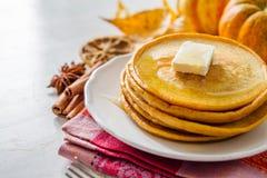 Crêpes de potiron du plat blanc avec du beurre et le miel Photographie stock libre de droits
