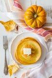 Crêpes de potiron du plat blanc avec du beurre et le miel Image stock