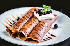Crêpes de tiramisu avec de la crème et des baies, bonbon, chocolat de arrosage Photos stock