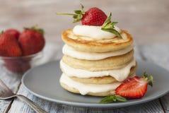 Crêpes douces avec de la crème et Strawbery Fond de Berry Vitamine Gray Rustic Wooden de fruit de petit déjeuner de santé photo stock