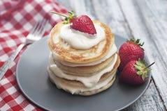 Crêpes douces avec de la crème et Strawbery Fond de Berry Vitamine Gray Rustic Wooden de fruit de petit déjeuner de santé image libre de droits