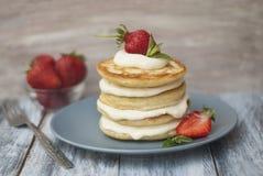 Crêpes douces avec de la crème et Strawbery Fond de Berry Vitamine Gray Rustic Wooden de fruit de petit déjeuner de santé photographie stock libre de droits