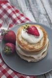 Crêpes douces avec de la crème et Strawbery Fond de Berry Vitamine Gray Rustic Wooden de fruit de petit déjeuner de santé photo libre de droits