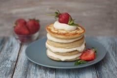 Crêpes douces avec de la crème et Strawbery Fond de Berry Vitamine Gray Rustic Wooden de fruit de petit déjeuner de santé image stock