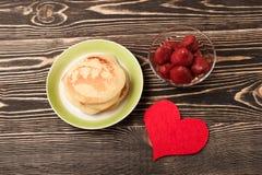 Crêpes douces avec la fraise, coeur fait main Images stock