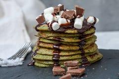 Crêpes douces vertes non traditionnelles avec du chocolat Images stock