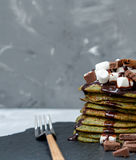 Crêpes douces vertes non traditionnelles avec du chocolat Photo libre de droits
