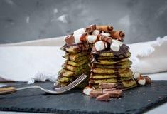 Crêpes douces vertes non traditionnelles avec du chocolat Image stock