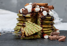 Crêpes douces vertes non traditionnelles avec du chocolat Photographie stock libre de droits