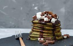 Crêpes douces vertes non traditionnelles avec du chocolat Images libres de droits