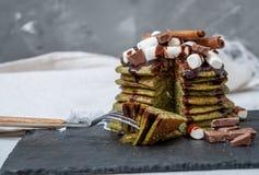 Crêpes douces vertes non traditionnelles avec du chocolat Photo stock