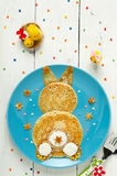 Crêpes drôles de lapin du plat Vue supérieure photos libres de droits