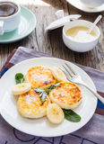 Crêpes du fromage blanc avec la banane, lait condensé, et Photo stock