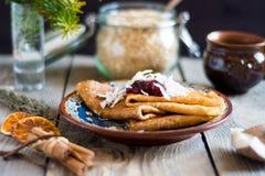 Crêpes du plat avec la confiture sur le dessus Photo stock