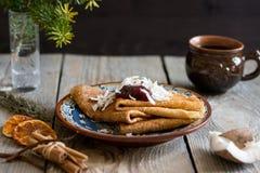 Crêpes du plat avec la confiture sur le dessus Photo libre de droits