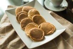 Crêpes du plat blanc avec de la confiture de fraise Images libres de droits