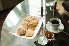 Crêpes du plat blanc avec de la confiture de fraise Image stock
