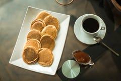 Crêpes du plat blanc avec de la confiture de fraise Photographie stock libre de droits
