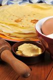 Crêpes et beurre dans un ramekin image stock