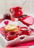 Crêpes et café de petit déjeuner avec du lait sur un plateau pour Valentine Photo stock