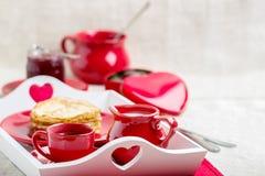 Crêpes et café de petit déjeuner avec du lait sur un plateau pour Valentine Image stock