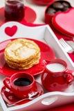 Crêpes et café de petit déjeuner avec du lait sur un plateau pour Valentine Photographie stock