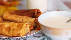 Crêpes et crème sure Photo stock