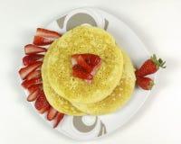 Crêpes et fraises sur le fond blanc Image libre de droits