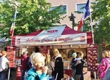 Crêpes et gaufres authentiques sur le marché en plein air international Photos libres de droits
