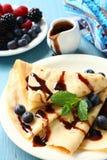 Crêpes faites maison avec des myrtilles, crème au chocolat Images stock