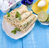 Crêpes faites maison avec la menthe et la chaux Pâtisseries russes traditionnelles de ressort Petit déjeuner délicieux de famille Image stock