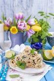 Crêpes faites maison avec la menthe et la chaux Pâtisseries russes traditionnelles de ressort Petit déjeuner délicieux de famille Photographie stock libre de droits