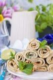 Crêpes faites maison avec la menthe et la chaux Pâtisseries russes traditionnelles de ressort Petit déjeuner délicieux de famille Images stock